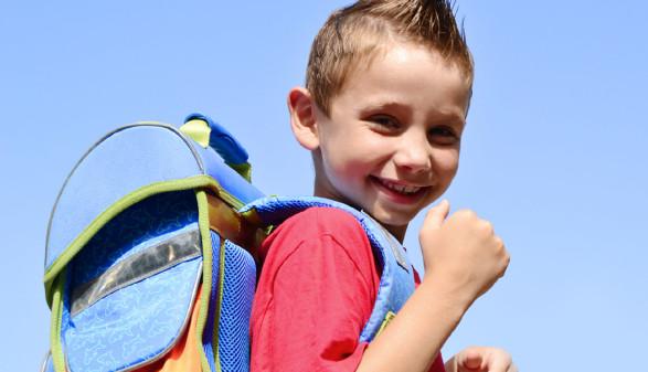 Junge mit Schultasche © Natallia Vintsik, stock.adobe.com