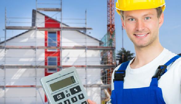 Bauhandwerker mit Rechner vor Haus © Picture-Factory, Fotolia.com