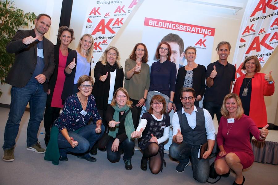 Moderator Andreas Seidl (vorne Mitte) mit Team AK Wels + Team AK Bildungsberatung © -, Cityfoto.at