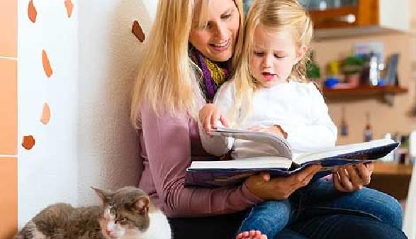 Mutter liest ihrem Kind ein Buch vor © Kzenon, Fotolia.com