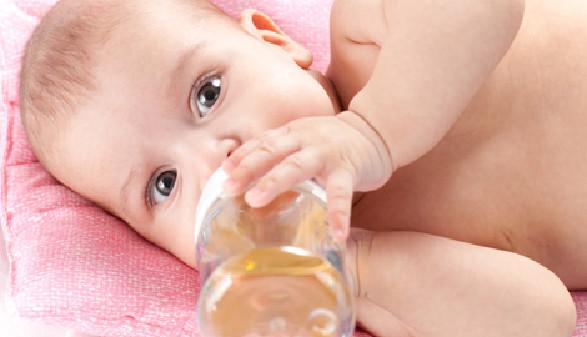 Baby trinkt aus Teefläschchen © Andrey Kuzmin, Fotolia.com