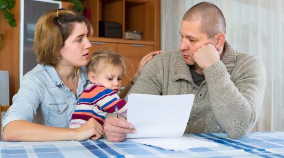 Familie sieht besorgt auf Rechnungen © Jack F, stock.adobe.com
