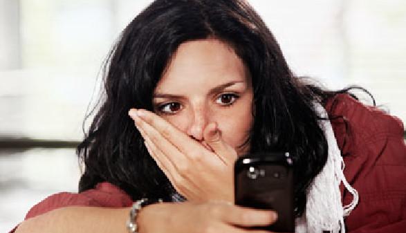 Junge Frau schaut entsetzt auf ihr Handy. © Ingo Bartussek, Fotolia