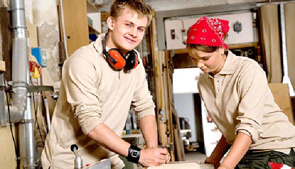 Junger Mann und junge Frau arbeiten an einer Hobelbank © Lisi Specht, AK