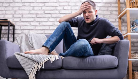 Mann sitzt schockiert auf dem Sofa © Andrey Popov, stock.adobe.com