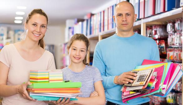 Eltern mit Tochter kaufen Schulartikel © JackF , stock.adobe.com