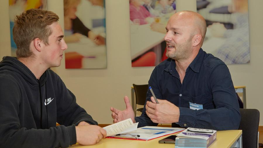 AK-Bildungsberater David Aigner im Info-Gespräch mit Maturant Julian Promberger © Erwin Wimmer, Arbeiterkammer Oberösterreich