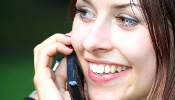 Mitarbeiterin beim Telefonieren - Sie hat Rufbereitschaft! © Yvonne Bogdanski, Fotolia