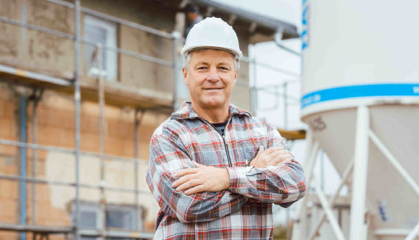Bauarbeiter mit Helm auf der Baustelle © Kzenon, stock.adobe.com