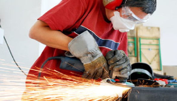 Ein Arbeiter schleift ein Stück Metall © flashpics, Fotolia