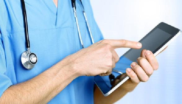 Pflegepersonal tippt auf Tablet © BillionPhotos.com, Fotolia.com