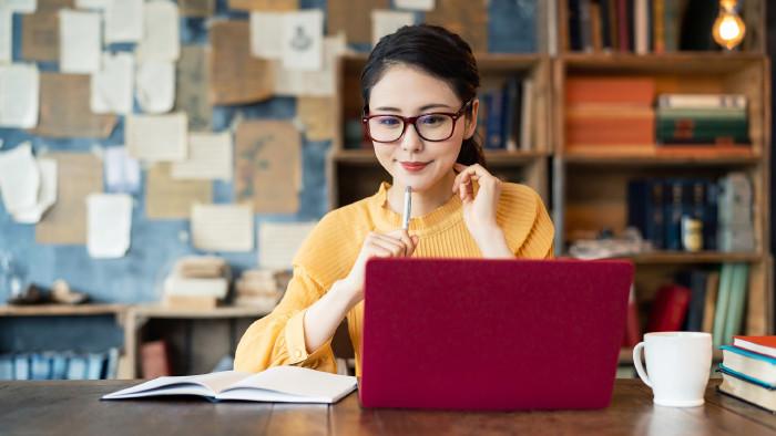 Studentin sitzt vor Laptop © metamorworks, stock.adobe.com