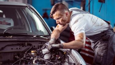 Automechaniker bei Autoreparatur © Photographee.eu , stock.adobe.com