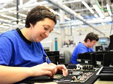 Frauen stellen Mikroelektronik-Teile her © industrieblick, Fotolia.com