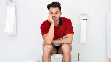 Mann sitzt auf WC © New Africa, stock.adobe.com