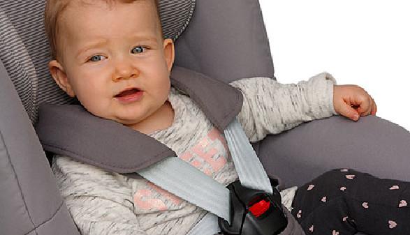 Kleinkind sitzt angeschnallt im Autokindesitz © bluedesign, Fotolia.com