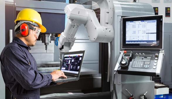 Arbeitnehmer arbeitet an einer CNC Maschine © kinwun, stock.adobe.com