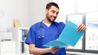 Krankenpfleger schaut in Krankenakte © Syda Productions, stock.adobe.com