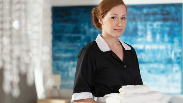Zimmermädchen mit Handtücher in der Hand © Photographee.eu, stock.adobe.com
