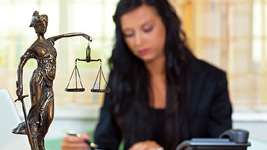 Anwältin und Justizia © Gina Sanders, Fotolia.com