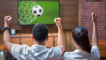 Paar schaut Fußball am Fernseher © Anekoho, stock.adobe.com