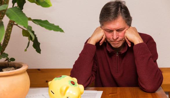 Mann mit Geldsorgen - er stützt seinen Kopf in die Hände © M.Dörr & M.Frommherz, stock.adobe.com
