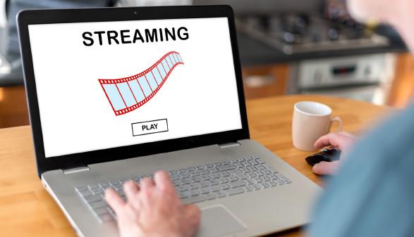 Person schaut auf Streaming-Portalen © Thodonal, stock.adobe.com